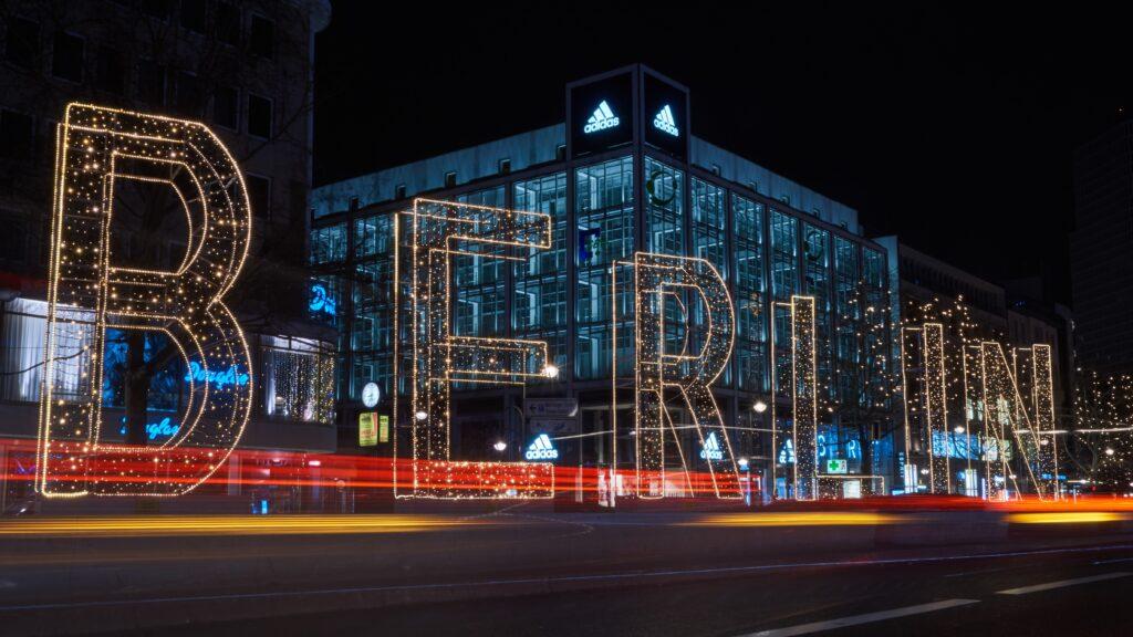 Leuchtschrift Berlin in der Nacht