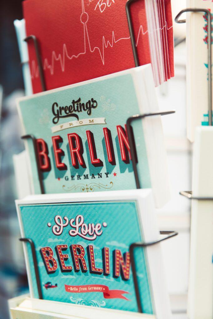 Grusskarten Berlin in einem Kartenständer
